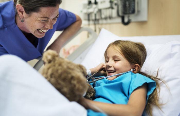 Junges erkranktes Mädchen im Krankenhaus