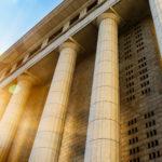 Monumentale Säulen eines Gebäudes