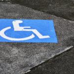 Ein Rollstuhlsymbol auf einem Straßenbelag